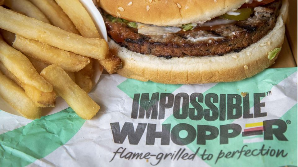 "Ein ""Impossible Whopper"" von Burger King mit Pommes Frites"
