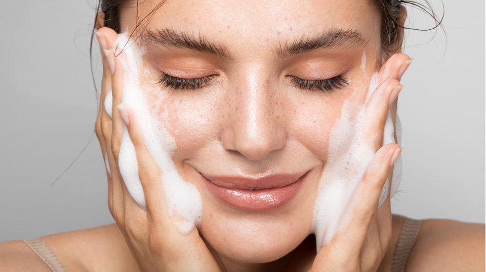 Eine regelmäßige Gesichtsreinigung beugt Hautunreinheiten wirksam vor