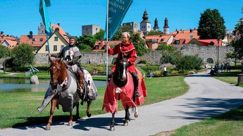 Auf der schwedischen Ostsee-Insel Gotland erinnernRitter hoch zu Ross Urlauber an die Einhaltung der Abstandsregel