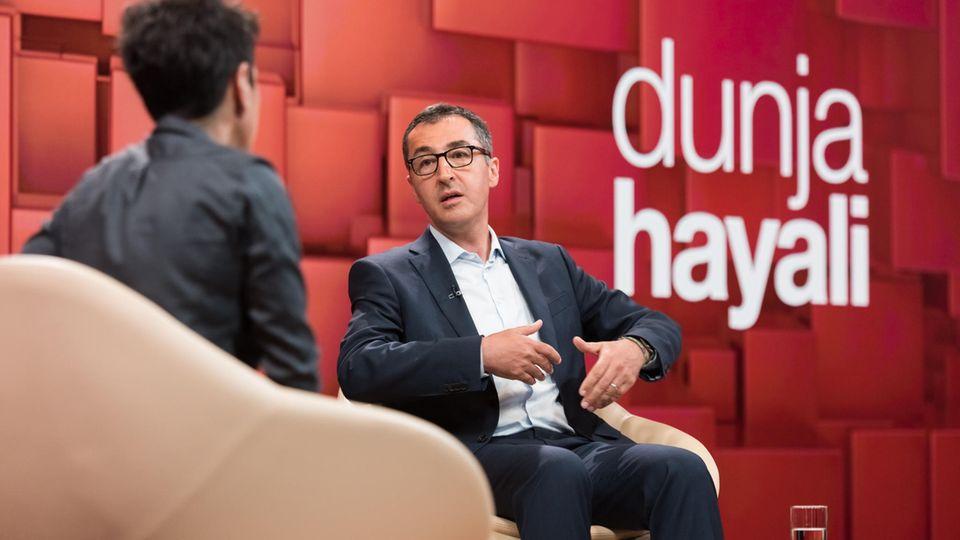 TV-Kritik: Cem Özdemir und Dunja Hayali sitzen im ZDF-Studio