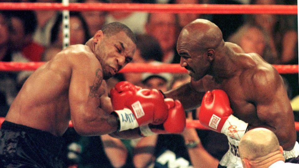 Mike Tyson im Boxring zusammen mit Evander Holyfield