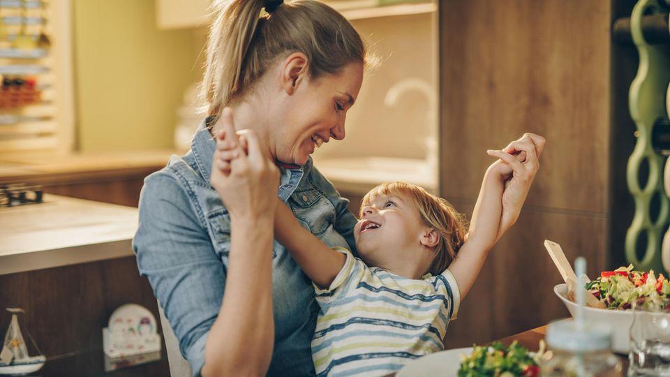 Mutter und Sohn am Esstisch