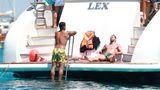 """Hier brutzelnMillionenwerte in der Sonne: Die Fußballsuperstars Lionel Messi (r.) undLuis Suarez entspannen mit ihren Familien auf einer Yacht vor Ibiza. Erst am vergangenen Wochenende endete die Liga in Spanien. Nach der verpatzten Meisterschaft lassen es sich der Barca-Kapitän und """"Beißer"""" Suarez im Mittelmeer gut gehen."""
