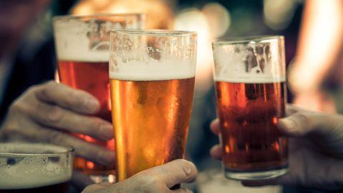 Menschen stoßen mit Biergläsern an