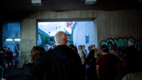 Angehörige und Freunde der Loveparade-Toten stehen in dem Tunnel, in dem die Opfer starben