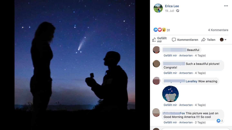 Ein Mann kniet mit geöffnetem Schmuckkästchen vor einer Frau, im Hintergrund ist der Komet Neowise zu sehen