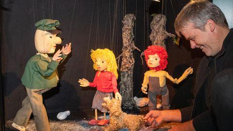 Figuren der Augsburger Puppenkiste mit einem der Puppenspieler