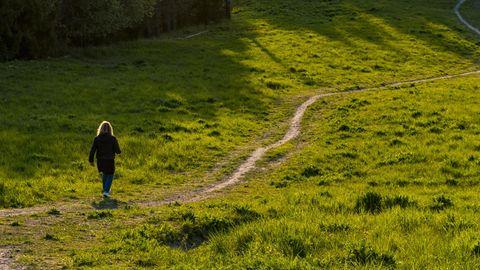 Eine Frau bei einem Spaziergang