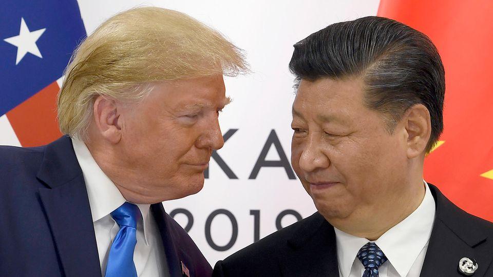 Japan, Osaka: Präsident Donald Trump (l.) trifft den chinesischen Präsidenten Xi Jinping