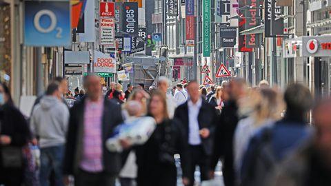 Zahlreiche Menschen gehen über eineEinkaufsstraße