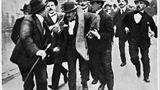 """25. Juli 1943:Als der König BenitoMussolini verhaftenließ  Bereits seitBeginn des Jahres1943 arbeitete der italienischeKönig Viktor Emanuel III.daran, BenitoMussoliniloszuwerden. Der Krieg Italiens an der Seite Hitlerswar inzwischenhöchst unpopulär geworden. Mit der Landung der Alliierten auf Sizilien am 10. Juli 1943war das Schicksal des faschistischen Führers besiegelt. 15 Tage später ließ der König Mussolini verhaften. Auf dem Bild bringen Offiziere der Carabineri den abgesetzten Diktator zum Wagen, um ihn in einer ihrer Kasernen festzusetzen.  Die Absetzung des """"Duces"""" wurde am späten Abend im Radio bekanntgegeben. In der Nacht versammelten sich tausende Menschen auf Straßen und Plätzen von Rom und feierten den Sturz des Diktators. Siehofften, dass ihr Land nun schnellstmöglich aus dem Krieg aussteigenwürde. Sie ahnten nicht, dass der Krieg nun erst inItalien richtig ankommen würde."""
