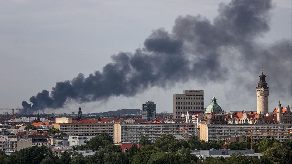 Nachrichten aus Deutschland: Rauchschwaden ziehen über die Dächer Leipzigs