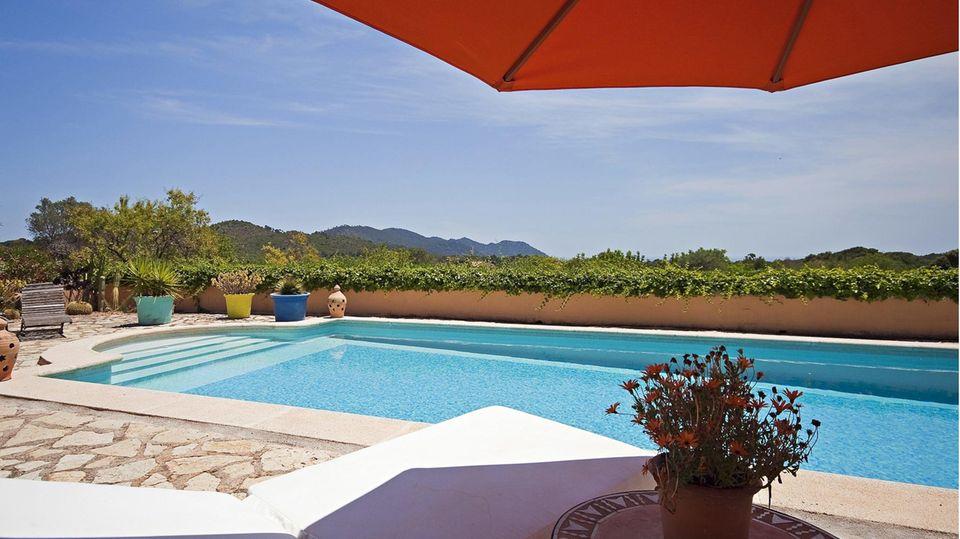 Mallorca: Blick auf einen Swimmingpool