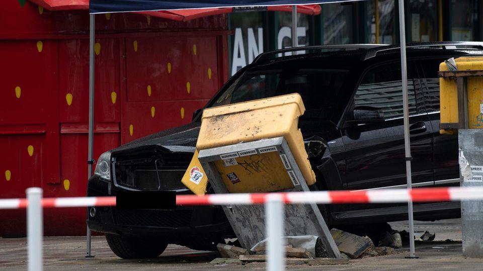 Nachrichten aus Deutschland: Der beschädigte Unfallwagen steht unter einem provisorischen Zelt der Ermittler