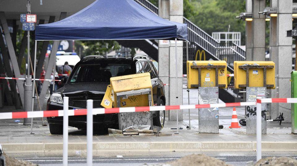 Der schwarze Unfallwagen steht unter einem provisorischen Pavillon, davor der zerstörte Briefkasten