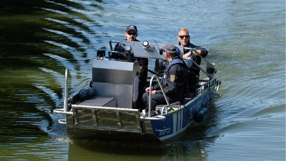 Nachrichten aus Deutschland: Ein Boot der Wasserschutzpolizei Sachen mit drei Beamten an Bord