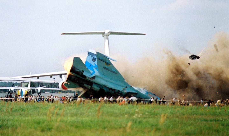 Der Kampfjet schlittert in die Menge, Dutzende Menschen sterben in der Explosion