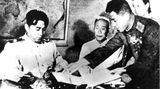 Nordkoreas Staatsgründer und langjähriger Machthaber Kim Il-Sung (l.) unterschreibt das Waffenstillstandsabkommen