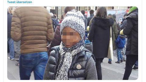 Der zwölfjährige Kai A. steht mit Jacke und Mütze auf der Straße