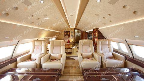 Im Oberdeck hinter dem Cockpit stehen die Sessel, in denen die Reisen bei Start und Landung Platz nehmen.