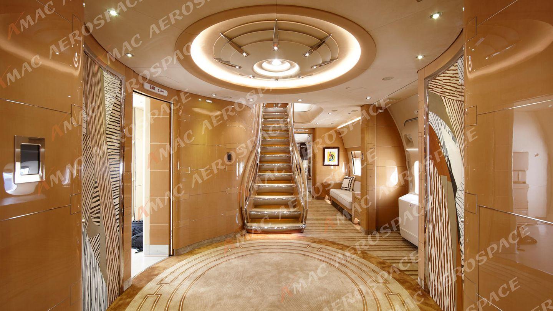 Bild 1 von 7der Fotostrecke zum Klicken: Willkommen an Bord der Boeing 747-8 und ein erster Blick in die Lobby des Luxus-Jets. Ein Treppe führt zum Oberdeck des Jumbos.