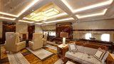 Auf dem Hauptdeck: In der 6,10 Meter breiten Kabine befinden sich in der Economy Class normalerweise zehn Sitze nebeneinander. In der VIP-Version wird der Raum für einen Besprechungsbereich mit Tisch genutzt.