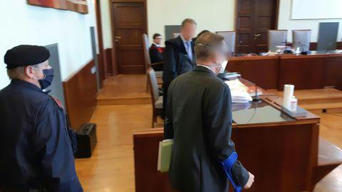 Der Angeklagte steht vor Beginn des Prozesses in Gerichtssaal.