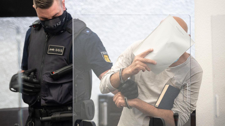 Stuttgart: Der Angeklagte wird zur Urteilsverkündung vor dem Landgericht Stuttgart in den Gerichtssaal geführt