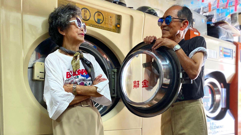 Hsu Hsiu-e und Chang Wan-ji posieren vor einer Waschmaschine für eine Instagram-Aufnahme