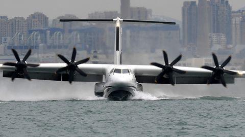 Die AG600 landet auf dem Wasser.