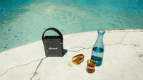 Der Marshall Stockwell 2 ist einer der neu getesteten Speaker und hält dank Spirtwasserschutz auch am Pool durch