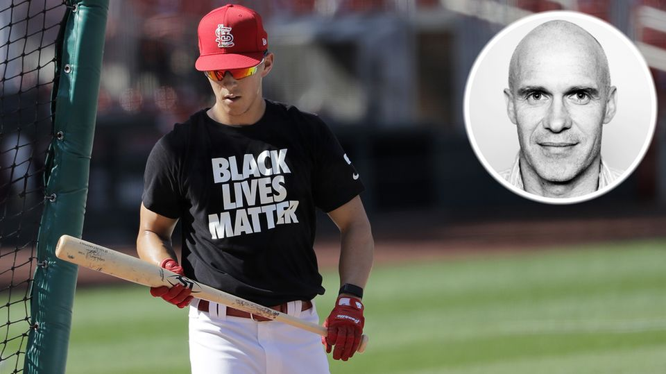 """Ein Spieler der St. Louis Cardinals trägt ein """"Black Lives Matter""""-Shirt vor dem Startspiel der Baseball-Saison in den USA."""