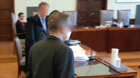 Angeklagter Banker kommt in den Gerichtssaal in Wiener Neustadt