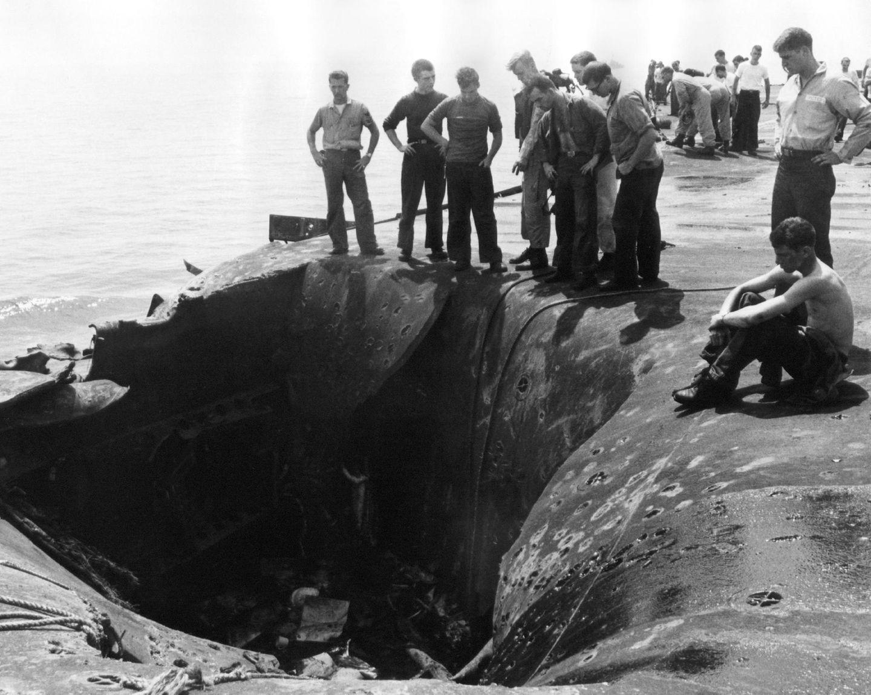 Eine der explodierenden vier 1000-Pfund-Bomben riss einen Krater in das Flugdeck, das so groß war wie ein geräumiges Wohnzimmer