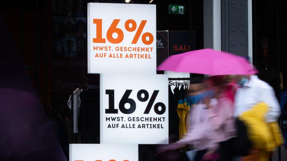 """Schilder mit der Aufschrift """"16% Mehrwertsteuer geschenkt auf alle Artikel"""""""