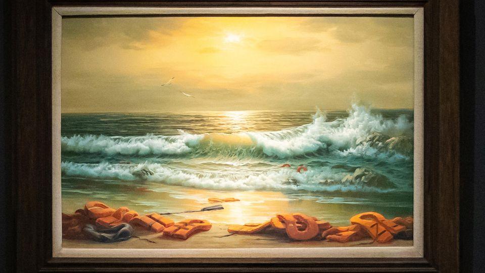 Ein Ölbild zeigt einen Strand am Mittelmeer mit angespülten Rettungswesten