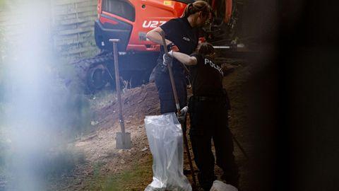 Polizeibeamte durchsuchen eine Kleingarten-Parzelle im niedersächsischenSeelze