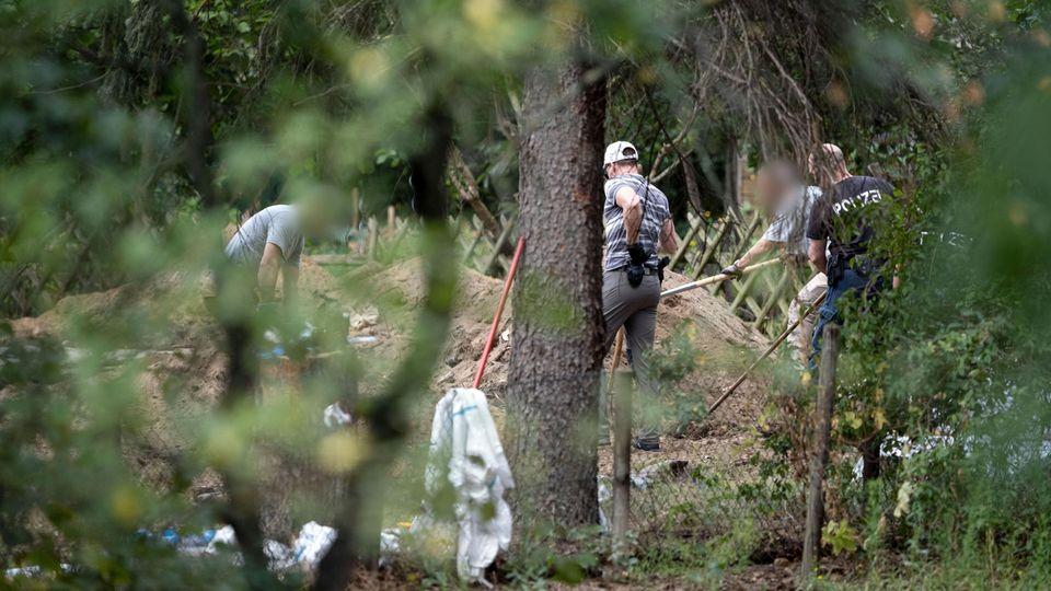 Polizeibeamte durchsuchen eine Kleingarten-Parzelle