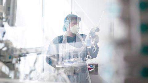 Coronavirus: Eine Krankenpflegerin arbeitet in Schutzkleidung