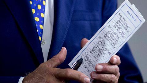 Notizzettel in der Hand von Joe Biden mit dem Namen Kamala Harris drauf