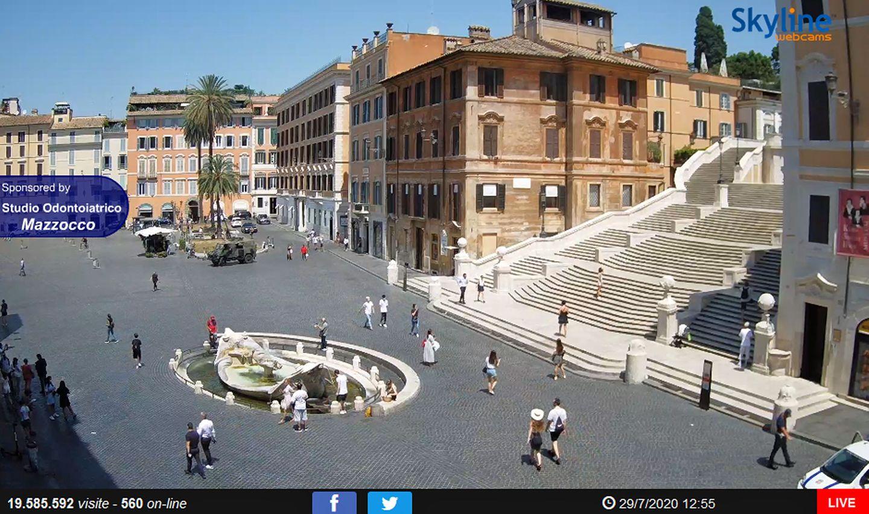 Die Attraktion in Roms Stadtviertel Campo Marzio: die Piazza di Spagna mit derFontana della Barcaccia und der Spanischen Treppe.
