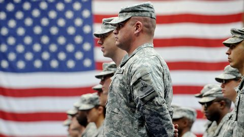 Wiesbaden: US-Soldaten stehen nach ihrer Ankunft auf der US-Airbase in Wiesbaden-Erbenheim vor einer US-Flagge.