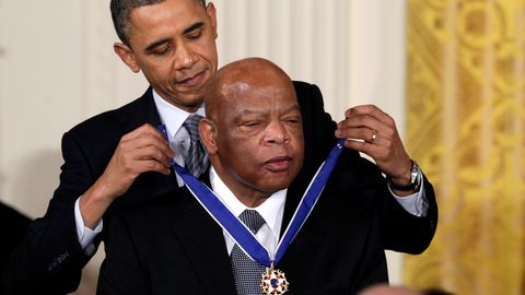 Barack Obama überreicht John Lewis die Presidential Medal of Freedom