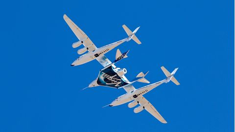 Das Tandem aus Trägerflugzeug mit dem Raumgleiter in der Mitte. Nach demSteigflug auf 15 Kilometer Höhe soll sich der Raumgleiter vom Trägerflugzeug trennen, seine Raketen zünden und auf eine Gipfelhöhe von mehr als 100 Kilometer aufsteigen.