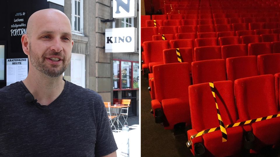 Jasper Koch, Theaterleiter des Abaton Kinos in Hamburg, steht vor dem Eingang.