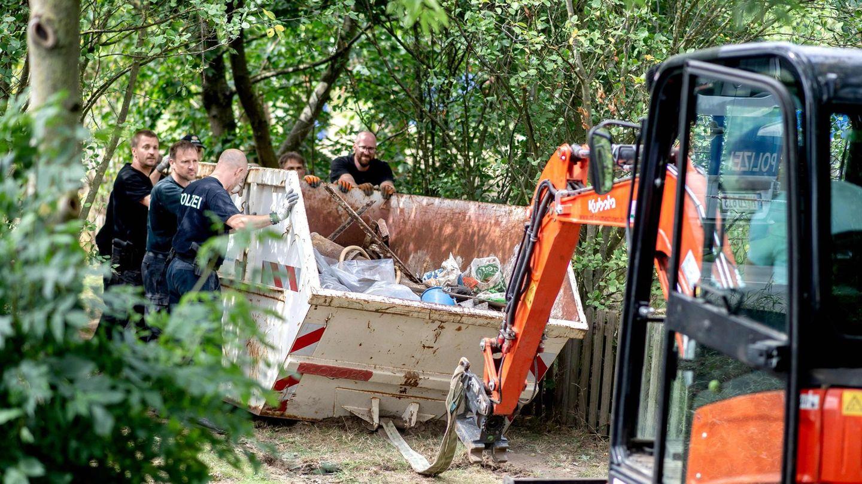 Polizisten arbeiten auf dem Kleingartengrundstück in Hannover