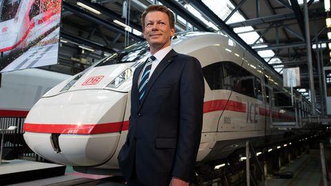 Berlin: Richard Lutz, Vorstandsvorsitzender Deutsche Bahn AG, steht im ICE Betriebswerk Berlin-Rummelsburg neben einem ICE 4.