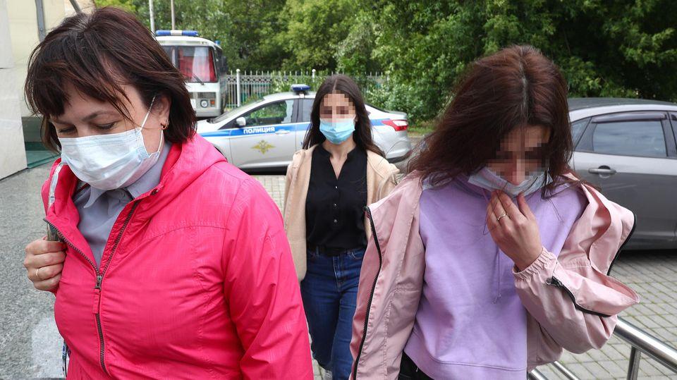 Angelina und Christina Chatschaturjan kommen beim Prozessauftakt in Moskau an.