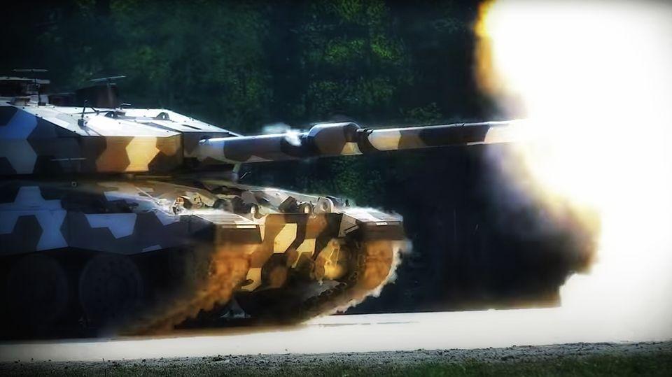 Die 130-mm-Kanone wurde auf einen alten Panzer montiert.