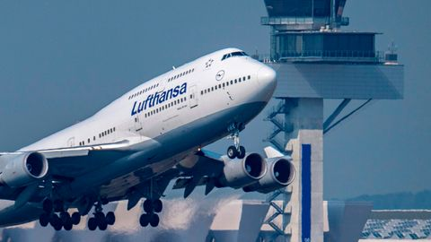 Eine Boeing 747 der Lufthansa startet vor dem Tower des Flughafens Frankfurt